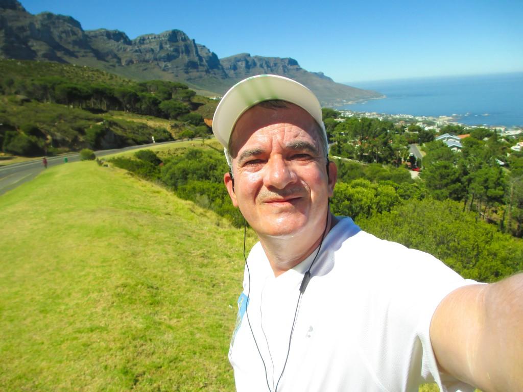 Die erste Etappe ist geschafft. Links das Tafelberg-Massiv, rechts der Strand des Nobel-Badeorts Camps Bay