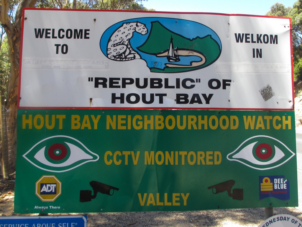 Mit dieser Tafel werden die Besucher im Küstenort Hout Bay begrüßt