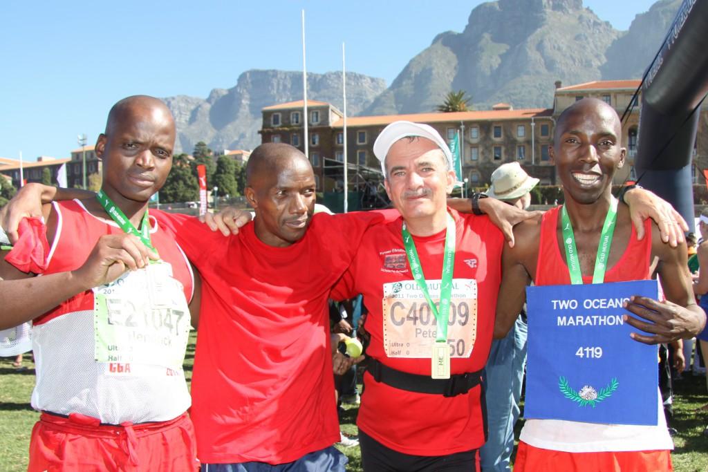 Ein Rückblick – Peter Hilbert mit anderen Finishern im Ziel des Two Oceans Marathons 2011